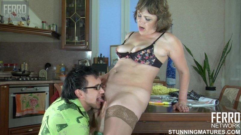 Зрелая домохозяйка занимается сексом