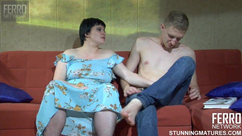 Толстая зрелая баба домогается до молодого