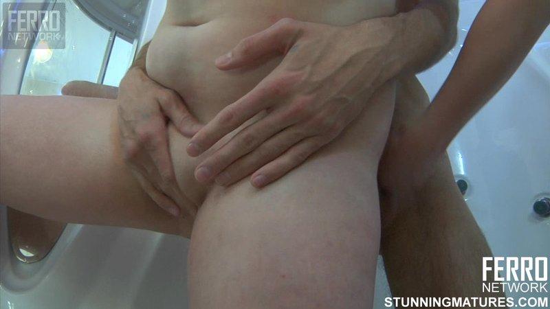 Секс пацана и зрелой бабы в душе